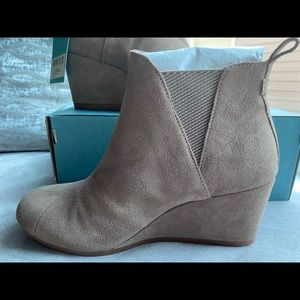 NIB Toms taupe Gray Kelsey suede wedge bootie